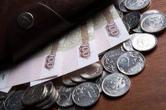 Banconote e monete della cento-rublo del ` s della Russia Fotografia Stock Libera da Diritti