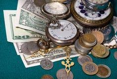 Banconote e retro orologi immagine stock libera da diritti