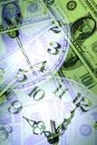 Banconote ed orologi Fotografia Stock