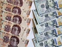 banconote messicane e dollari di fatture americani e fondo bianco Fotografie Stock Libere da Diritti