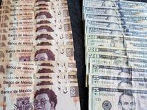 banconote messicane e dollari di fatture americani, fondo e struttura Immagine Stock Libera da Diritti