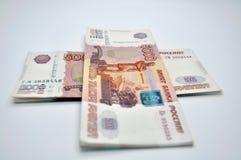 Banconote 5000 rubli della Banca della Russia sulle rubli russe del fondo bianco Fotografie Stock