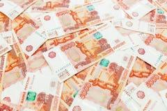 Banconote russe 5000 rubli di fondo Penna, occhiali e grafici Immagini Stock