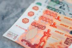 Banconote sparse di valuta della rublo russa, vista del primo piano Immagini Stock