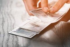 Banconote teenager femminili del dollaro della tenuta della mano Fotografia Stock Libera da Diritti