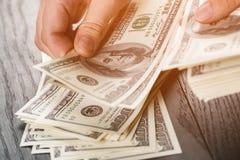 Banconote teenager femminili del dollaro della tenuta della mano Immagini Stock Libere da Diritti