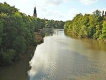 Bancos arborizados da aura do rio em Turku, Finlandia fotografia de stock royalty free
