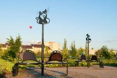 Bancos com esculturas de gatos fascinados no parque do 45th aniversário de Akron em Veliky Novgorod, Rússia Fotos de Stock Royalty Free