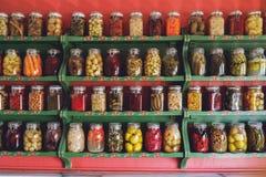 Bancos com vegetais conservados Fotos de Stock Royalty Free