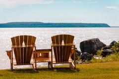 Bancos con vistas a la isla de Mackinac en el lago Michigan imagen de archivo