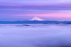 Bancos da capa do Mt e de baixa nuvem no por do sol Imagens de Stock