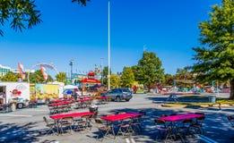 Bancos de la comida campestre en el parque de atracciones imágenes de archivo libres de regalías