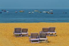 Bancos de los pares en la playa Fotografía de archivo libre de regalías
