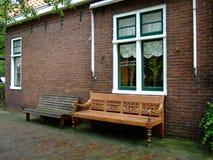 Bancos de madeira, de lado a lado Fotos de Stock