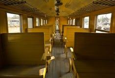 Bancos de madeira do trem do transporte da terceira classe do vagão da tradição Imagens de Stock Royalty Free