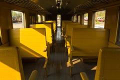 Bancos de madeira do trem do transporte da terceira classe do vagão da tradição Imagem de Stock