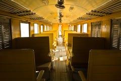 Bancos de madeira do trem do transporte da terceira classe do vagão da tradição Fotos de Stock