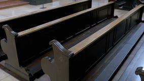 Bancos de madeira em Christian Church Aisle filme
