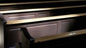 Bancos de madeira em Christian Church Aisle vídeos de arquivo