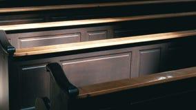 Bancos de madeira em Christian Church Aisle video estoque