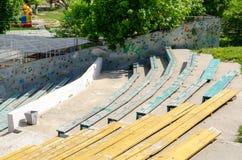 Bancos de madeira no teatro exterior fotografia de stock royalty free