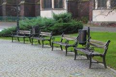 Bancos de madera de Brown en el parque en Wroclaw, Polonia Foto de archivo libre de regalías