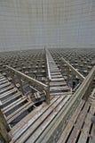 Bancos de madera de enfriamiento dentro de torres de enfriamiento Imágenes de archivo libres de regalías