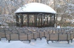 Bancos de madera de la etapa y de la vendimia en un parque Imágenes de archivo libres de regalías