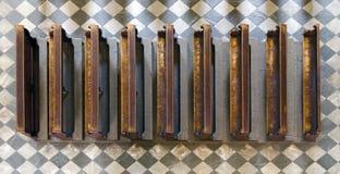 Bancos de madera de la iglesia en el piso de piedra Fotos de archivo libres de regalías