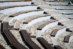 Bancos de madera del anfiteatro Imágenes de archivo libres de regalías