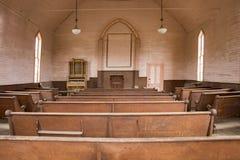 Bancos de madera dentro de la iglesia de madera rústica fotos de archivo