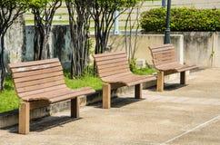 Bancos de madera en el parque Fotos de archivo libres de regalías