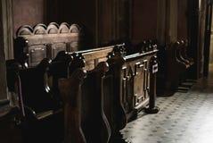 Bancos de madera en la iglesia Fotos de archivo