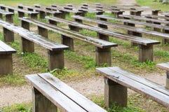 Bancos de madera mojados después de la lluvia en parque fotografía de archivo