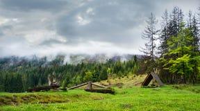 Bancos de madera y un gazebo en bosque Foto de archivo libre de regalías