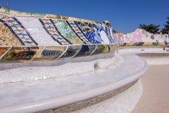 Bancos de parque con las tejas de mosaico del parque Guell en Barcelona, España Fotos de archivo libres de regalías