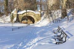 Bancos de parque de la perspectiva en nieve Imagen de archivo libre de regalías