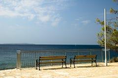 Bancos de parque en la isla Losinj Fotografía de archivo libre de regalías
