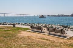 Bancos de parque no parque de Embarcadero sul em San Diego Fotos de Stock