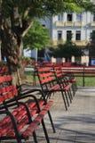 Bancos de parque vermelhos Fotografia de Stock