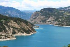 Bancos del lago Serre-Poncon en el Hautes-Alpes, Francia Fotografía de archivo libre de regalías