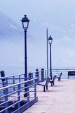 Bancos del público de la orilla del lago   Foto de archivo libre de regalías