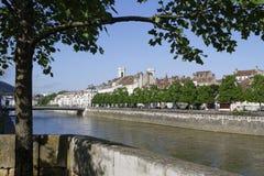 Bancos del río de Doubs en Besanzón Fotografía de archivo