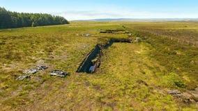 Bancos do relvado para cortar a turfa com uma p? em Moss Bog na Irlanda fotografia de stock