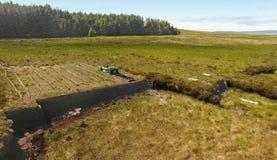 Bancos do relvado para cortar a turfa com uma p? em Moss Bog na Irlanda fotos de stock royalty free