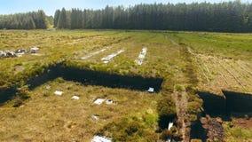 Bancos do relvado para cortar a turfa com uma p? em Moss Bog na Irlanda foto de stock