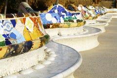 Bancos en el parque Guell de Barcelona, España Foto de archivo