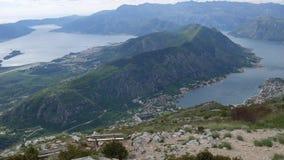 Bancos en el soporte Lovcen, pasando por alto la bahía de Kotor en Montene almacen de metraje de vídeo