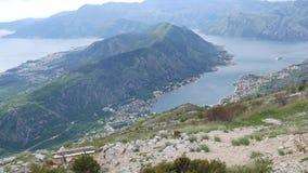 Bancos en el soporte Lovcen, pasando por alto la bahía de Kotor en Montene metrajes