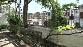 Bancos en la iglesia cuadrada de la Virgen Santa, Panagia, Thassos, Grecia almacen de video